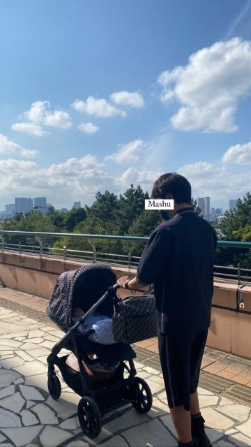 くみっきー 出産後初散歩 夫・長男とお出かけ(舟山久美子オフィシャルブログより)の画像