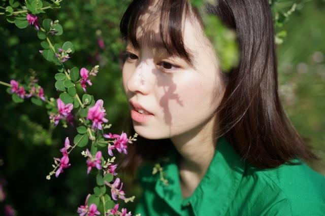 今泉佑唯が花を見つめる近影を公開(オフィシャルブログより)の画像