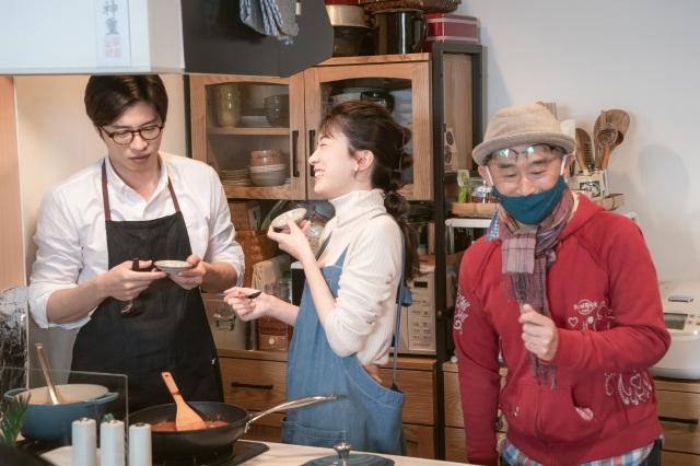 映画『そして、バトンは渡された』(10月29日公開)森宮家での料理シーンのメイキングカット(C)2021 映画「そして、バトンは渡された」製作委員会の画像