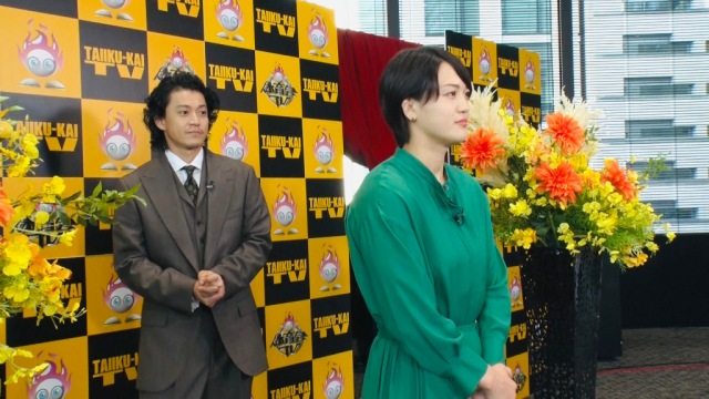 小栗旬(左)と初対面を果たす新井千鶴 (C)TBSの画像