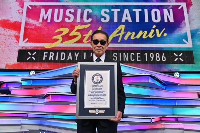 ギネス世界記録認定証を手にするタモリ(C)テレビ朝日の画像