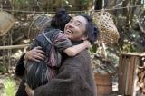 テルヲ(トータス松本)がお母ちゃんを連れてきたことを喜ぶ千代(毎田暖乃)=連続テレビ小説第103作『おちょやん』第1週・第2回(12月1日放送) (C)NHKの画像