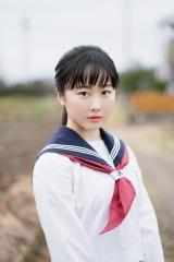 本田望結、制服姿で華麗にサッカー 赤ワンピで大人な一面も披露