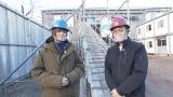 30日放送のNHK・BSプレミアム『解体キングダム 築400年の古刹を解体せよ』に出演する(左から)伊野尾慧、城島茂(C)NHKの画像