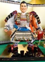 """松山英樹選手、五月人形で""""鎧着""""に 快挙たたえ「久月」で展示開始"""