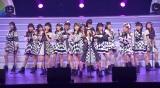 メンバーとともに「ヘビーローテション」を披露した久本雅美 (C)ORICON NewS inc.