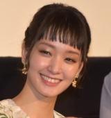 剛力彩芽、Dream Amiとのキス寸前ショット公開「なんてハレンチ」「世界的一番きれいなチュー」