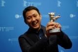 トロフィーを掲げて笑顔の濱口竜介監督=新作『偶然と想像』が第71回ベルリン国際映画祭にて審査員グランプリ(銀熊賞)を受賞の画像
