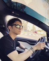 與真司郎、LAでドライブデート風ショット公開 彼女目線にファン悶絶「助手席に乗せて」