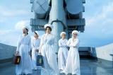 椎名林檎と浮雲がトランク型アナログプレイヤー「再生装置」を手にする東京事変の画像