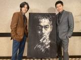 鈴木亮平(右)が描いた松坂桃李(左)演じる刑事・日岡の肖像画=『孤狼の血』(8月20日公開)(C)2021「孤狼の血 LEVEL2」製作委員会の画像