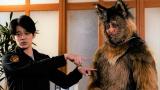 一見ふつうのシェパード犬が、主人公と視聴者にだけ犬の着ぐるみ姿の「おじさん」に見える設定=ドラマ10『オリバーな犬、(Gosh!!)このヤロウ』(9月17日スタート)(C)NHKの画像