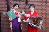 デヴィ夫人宅の同居人、加藤万里奈(左)が亜細亜大学を卒業の画像