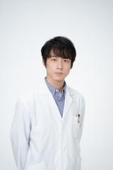 菅波先生を演じている坂口健太郎 (C)NHKの画像