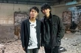 『アバランチ』第1回に出演した(左から)磯村勇斗、綾野剛(C)カンテレの画像