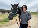 土曜ドラマ『風の向こうへ駆け抜けろ』で厩務員を演じる板垣李光人(C)NHKの画像