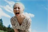闘病を乗り越え、笑顔を見せる安本彩花(写真集『彩 aya』より)の画像