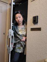 """『地味ハロウィン』今年も""""地味""""に開催中、自宅で撮った『容疑者の隣人』の扮装に反響「ご近所に見られないようにするのが大変」"""